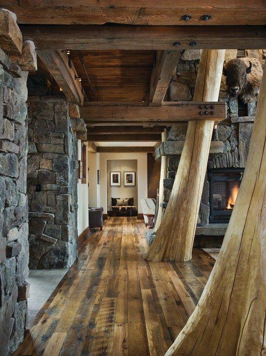 Къща с каменна облицовка и греди от дърво