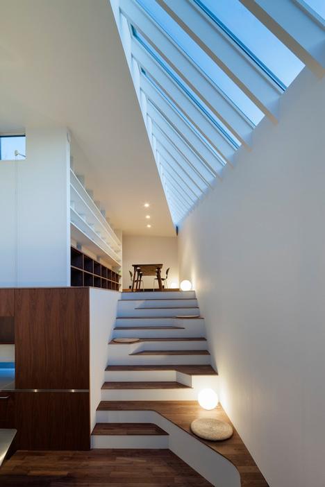 Стълбище с осветление и място за сядане