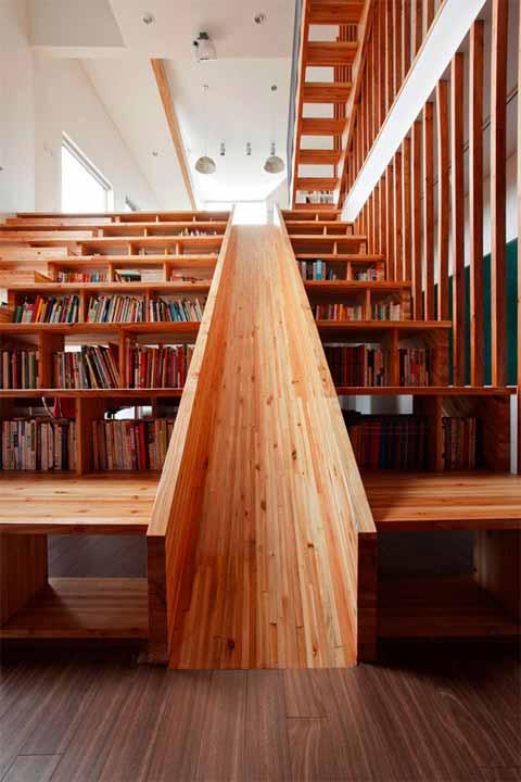 Дървена пързалка в библиотека