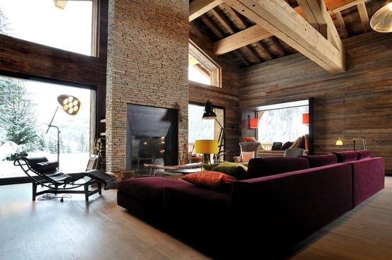 Интериорен дизайн на къща в планината с висок таван