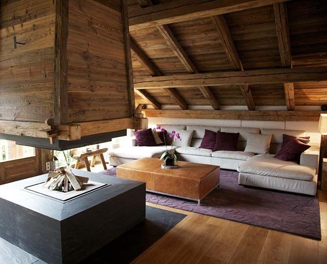 Дизайн на дневна на къща в планината с модерна камина