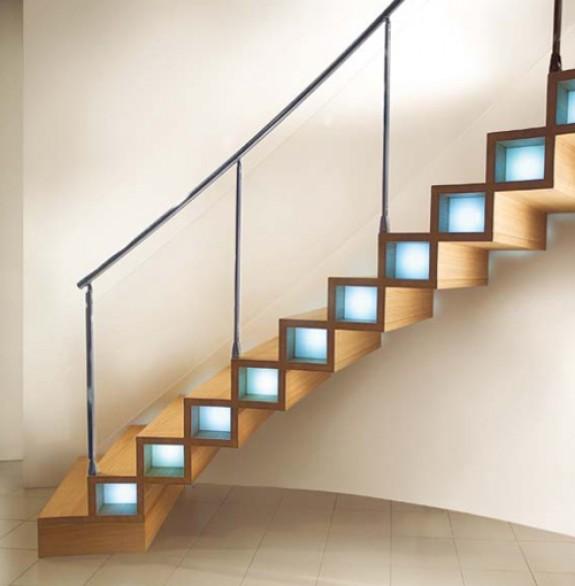 Модерно дървено стълбище с скрито осветление